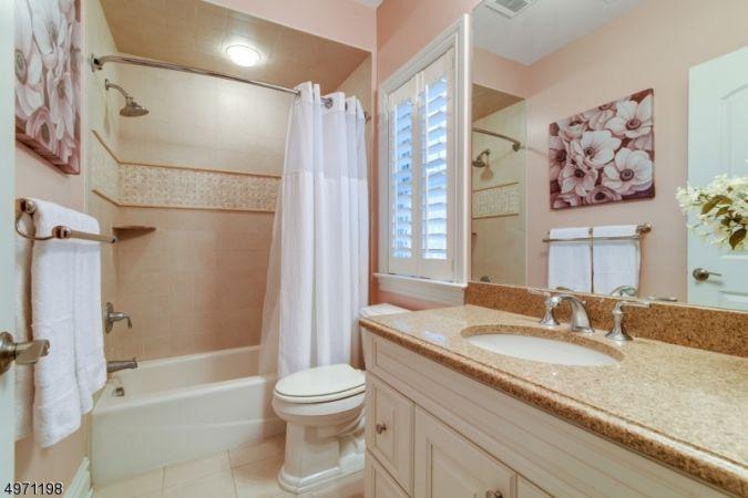 En-suite Full Bath off 4th BR